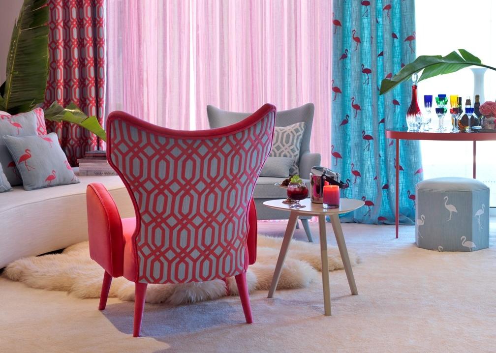 Zastíněný pokoj s moderními židlemi