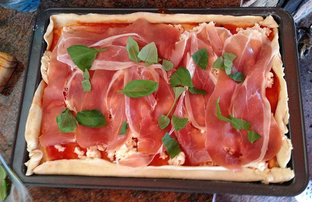 Připravená pizza se sušenou šunkou