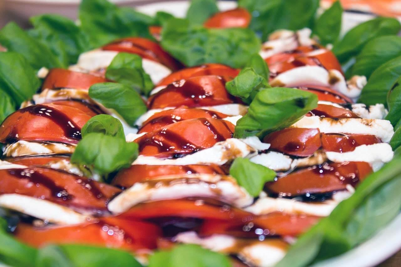 Salát caprese v barvách italské vlajky