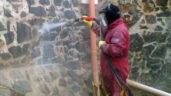 Pískování se využívá také při čištění fasád od graffiti