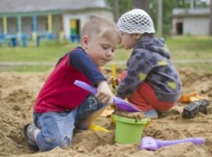 Chlapec a dívka na pískovišti
