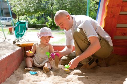 Otec a batole na pískovišti