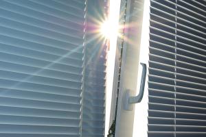 Plastová okna se žaluziemi