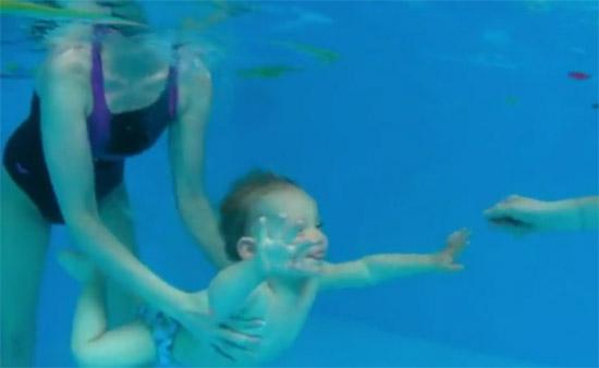 Plavání kojenců - kojenec pod vodou