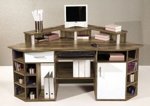 PC stůl JUMBO v ořechové barvě, bílé zásuvky