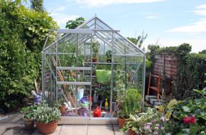 Zahradní skleník s regálovým systémem