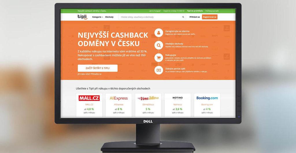 Monitor s hlavní stránkou webu Tipli.cz, pozadí je rozmazané