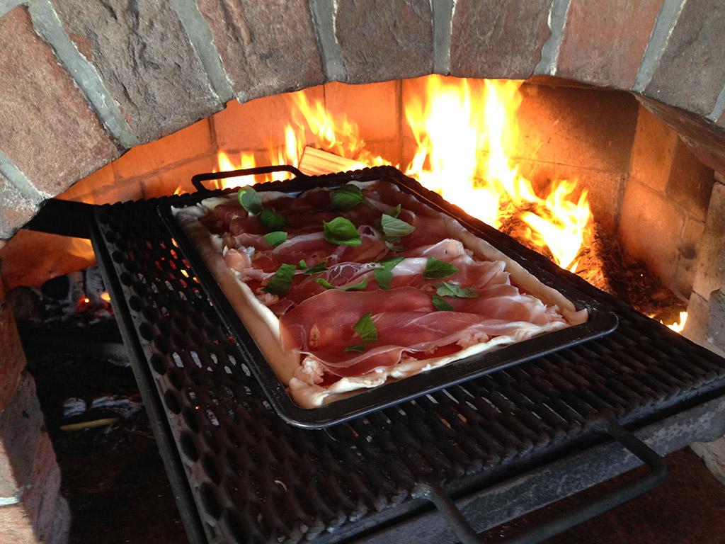 Kvalitní zahradní krb lze využít i jako pec na pizzu