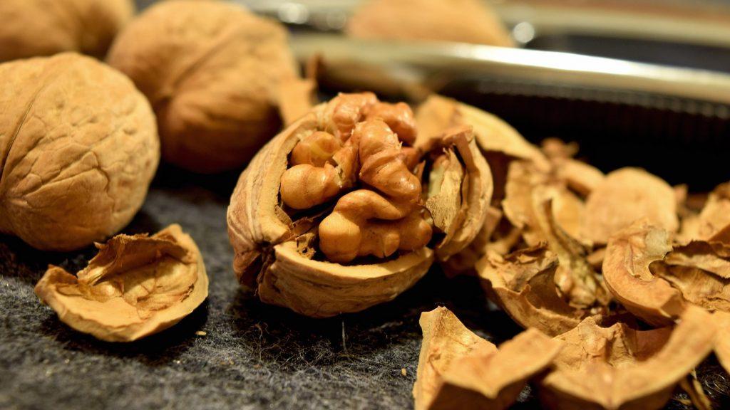 Louskání vlašských ořechů