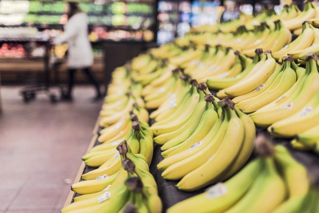 Banány na pultě v supermarketu