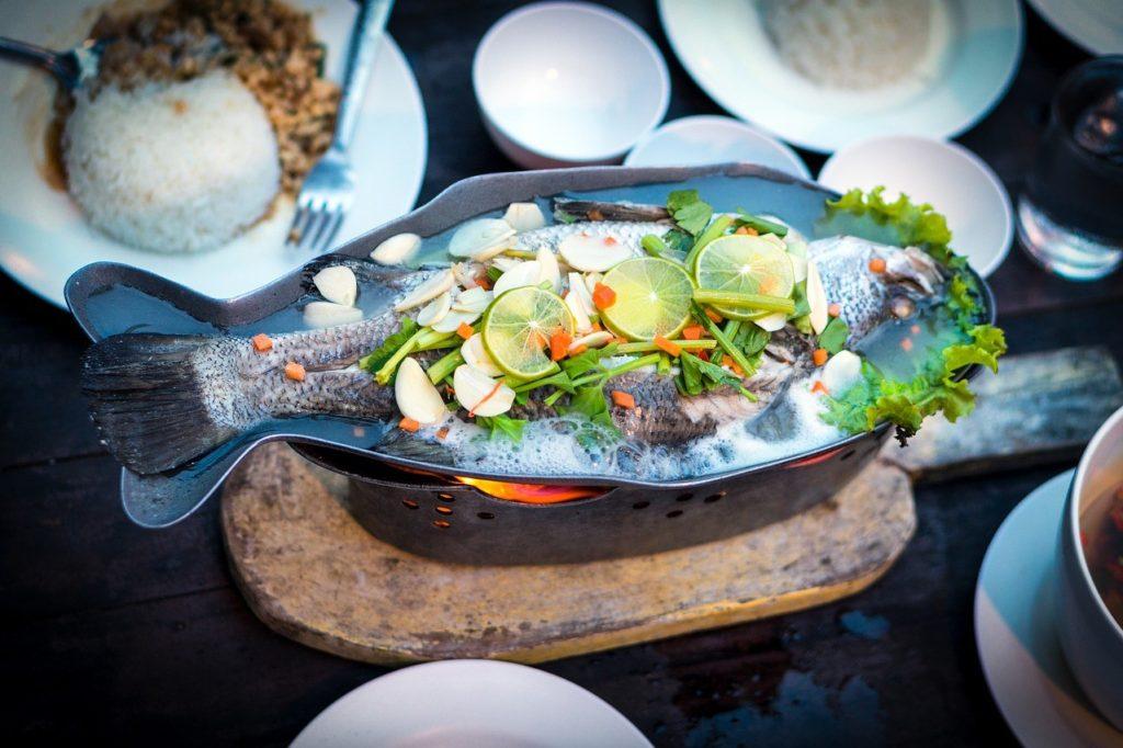 Ryba s koriandrem, kořením a zeleninou