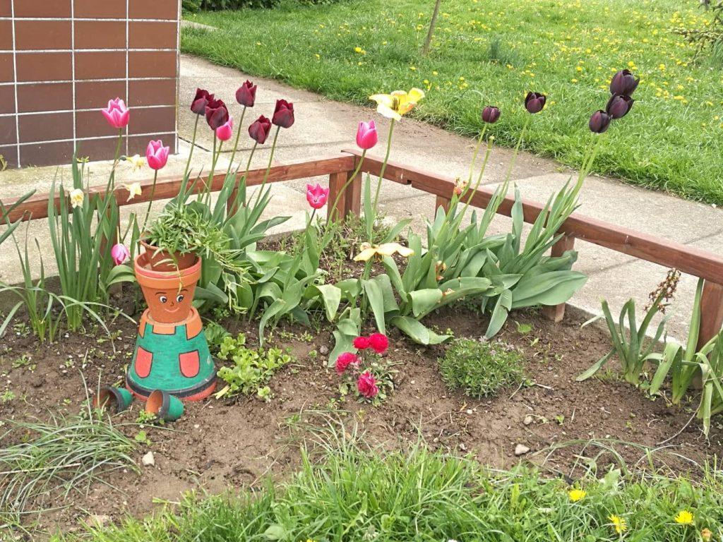Zahradní trpaslík z květináčů