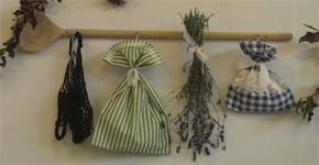 Jednoduché domácí dekorace – olej, ocet, bylinky a křížaly