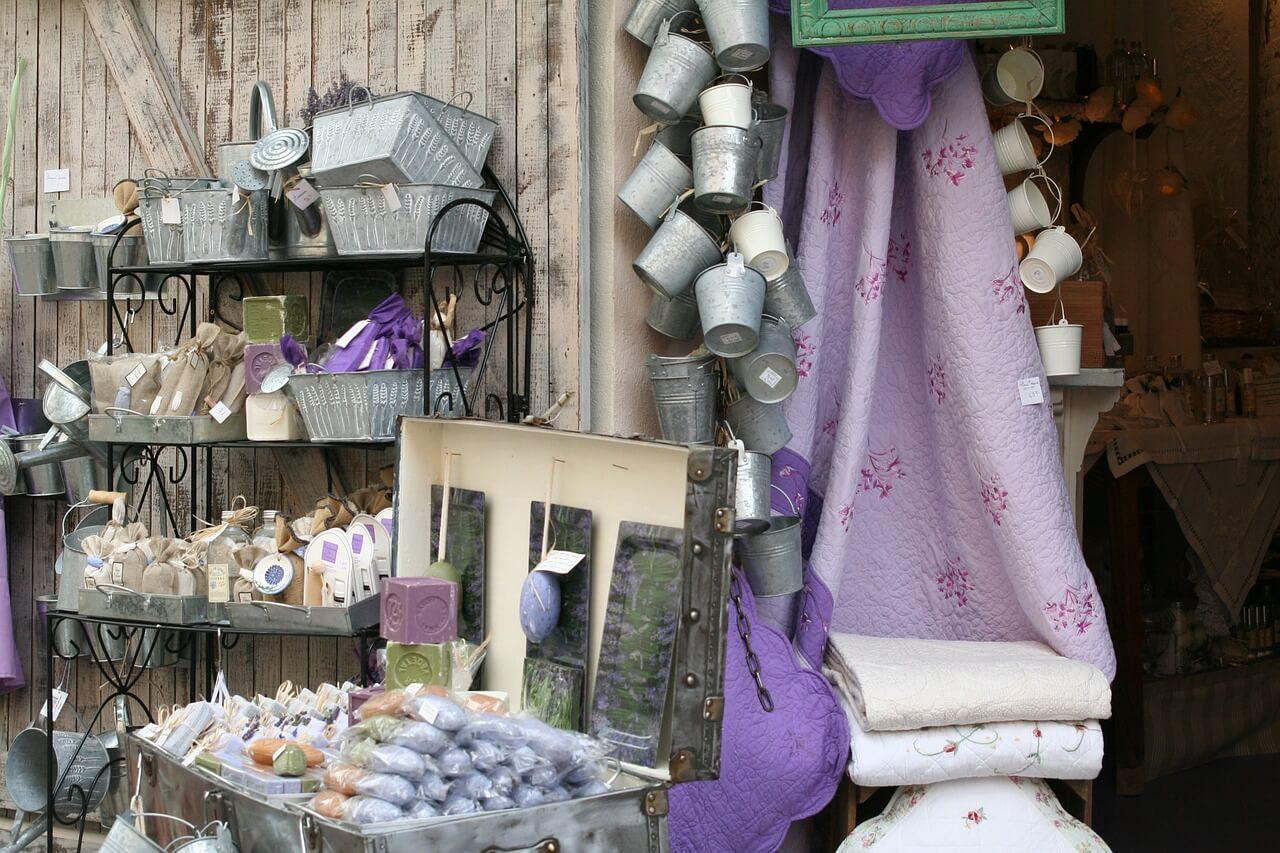Provence, to jsou barvy a vzory, dřevo a železo