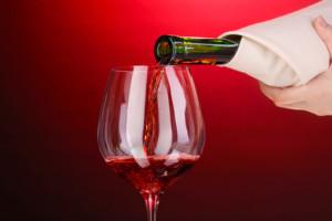 Nalévání červeného vína