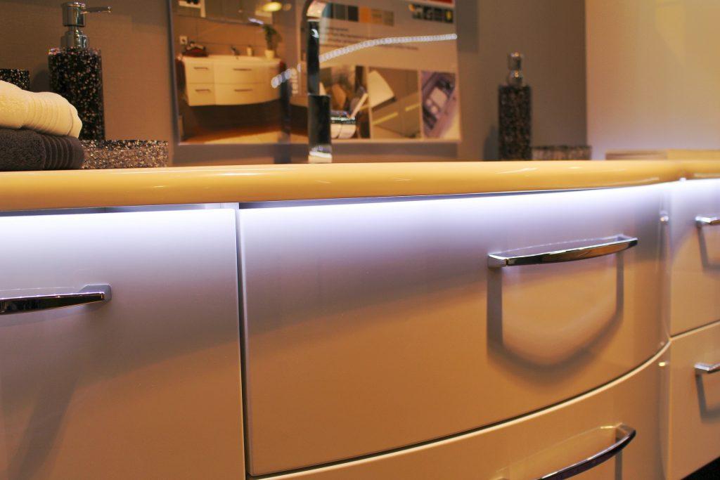 Studené bílé světlo integrované v koupelnovém nábytku