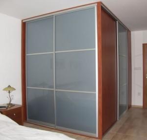 Vestavěná šatní skříň od společnosti STAKO